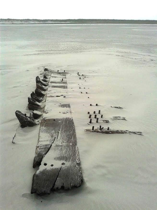scheepswrak op het strand bij Ballum op Ameland